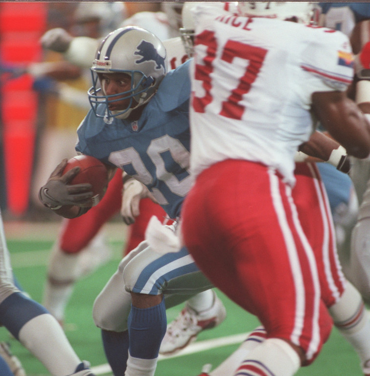 . Detroit Lions running back Barry Sanders (left, #20) runs for yardage against the Arizona Cardinals during first quarter action at the Pontiac Silverdome.