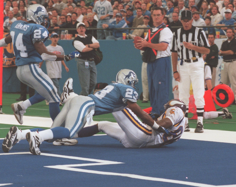 . Detroit Lions CBs Kevin Abrams and Terry Fair get beat for a touchdown by Minnesotas Vikings WR Jake Reed in the 2nd quarter.   The Vikings beat the Lions 34-13.