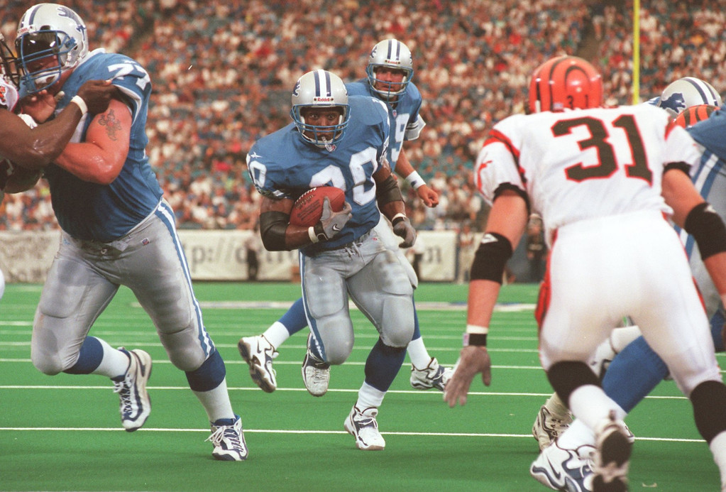 . Detroit Lions Barry Sanders (20) ties the score on a short run during the second quarter during Sunday\'s game against the Cincinnati Bengals at the Pontiac Silverdome. Lions lost 34- 28 in overtime.