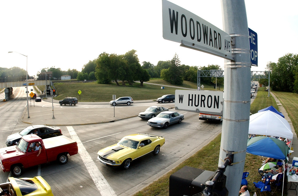 Description of . Motorists make their way southbound along the Dream Cruise route at the intersection of Woodward and Huron, Friday, August 19, 2005, in Pontiac, Mich.