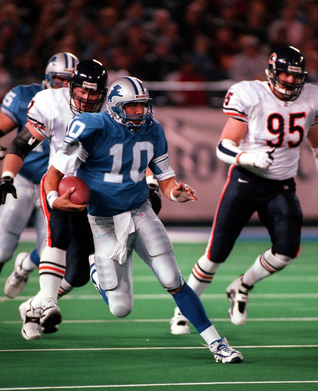 . Detroit Lions quarterback Charlie Batch (10) scrambles to pickup a first down in the first quarter  during Sunday\' night\'s game against the Chicago Bears at the Pontiac Silverdome.
