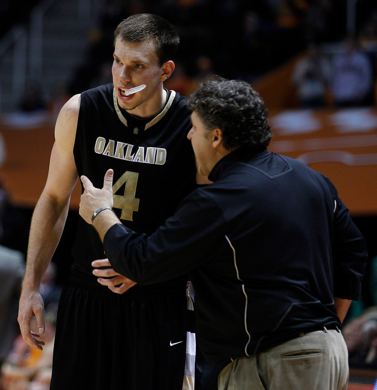Description of . Oakland coach Greg Kampe, right, gives instruction to Oakland forward Will Hudson (4) during the second half of an NCAA college basketball game Wednesday, Dec. 14, 2010 in Knoxville, Tenn. Oakland won 89-82. (AP Photo/Wade Payne)