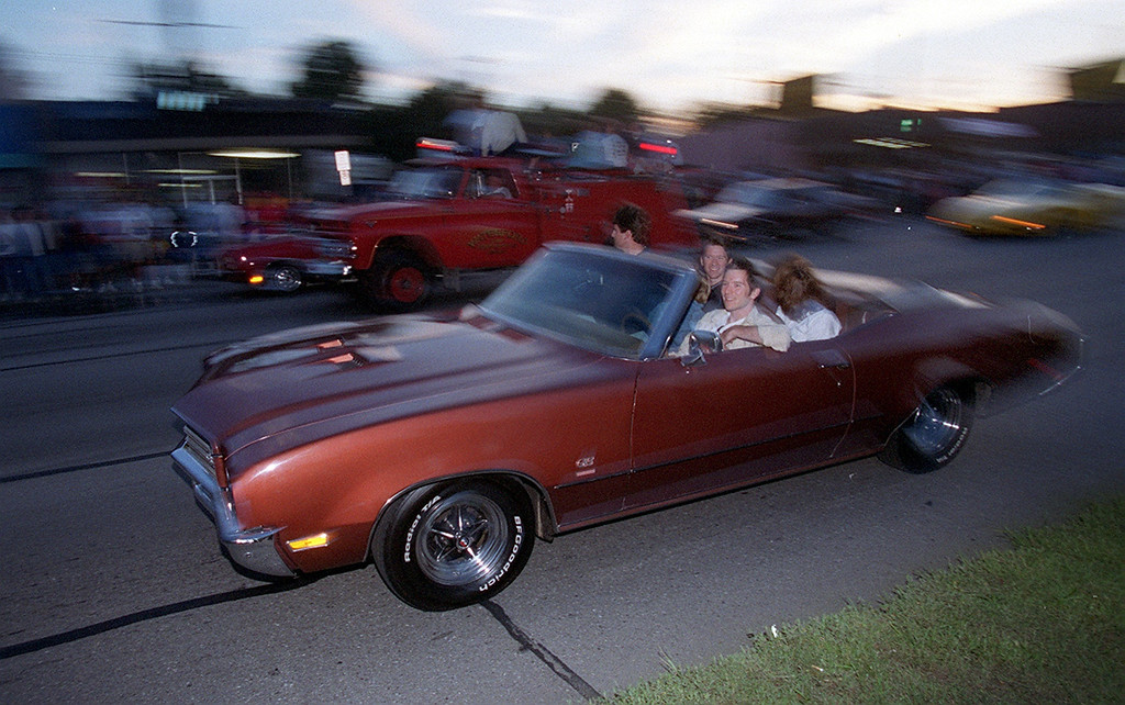 Description of . Dream Cruisers drive drive along Woodward Avenue in Royal Oak Saturday night August 19, 2000.