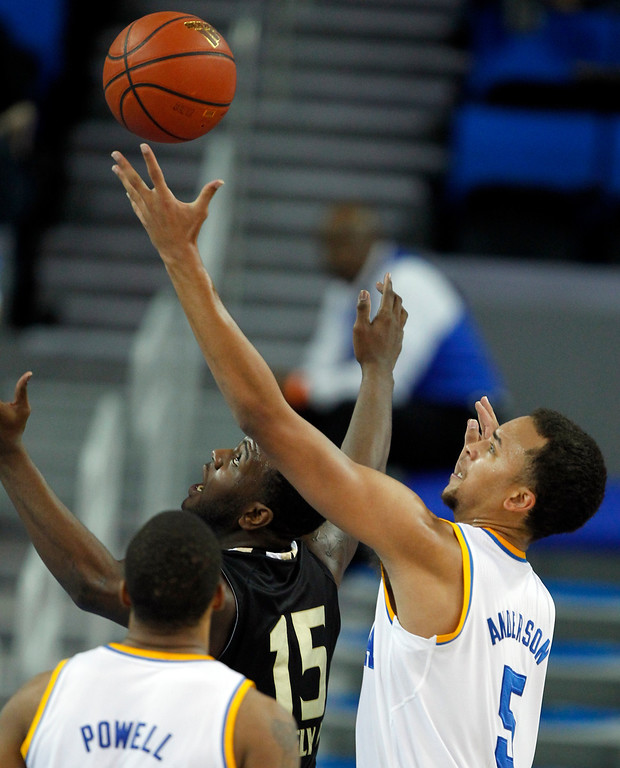 Description of . Oakland forward Lloyd Neely II (15) looks up for the ball in front of UCLA guard Kyle Anderson, right, during the second half of an NCAA college basketball game Tuesday, Nov. 12, 2013, in Los Angeles. UCLA won 91-60.  (AP Photo/Alex Gallardo)