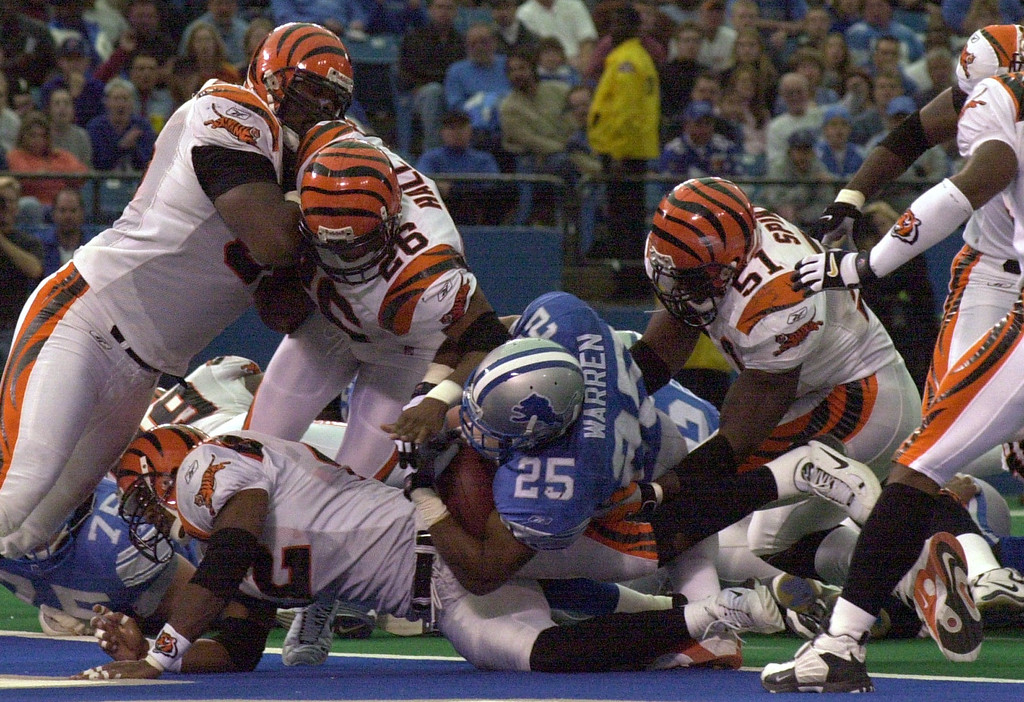. Detroit Lions Running back Lamont Warren (25) squeezes past the Cincinnati Bengals defence for a touchdown before the half during Sunday\'s game played at the Pontiac Silverdome. The Lions lost 31-27 to the Bengals.