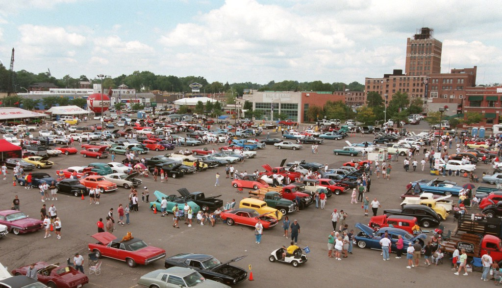 Description of . A view of Dream Cruisers taking in the festivities at the Phoenix Center parking lot in Pontiac, Mich., Saturday, August 21, 1999.