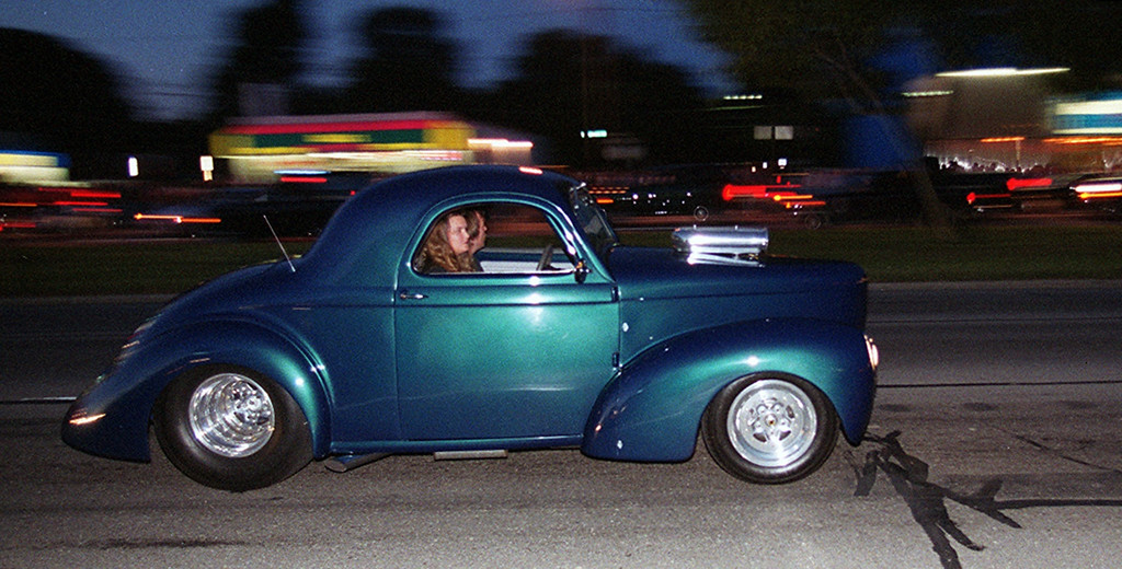 Description of . Dream Cruisers drive along Woodward Avenue in Royal Oak Saturday night August 19, 2000.