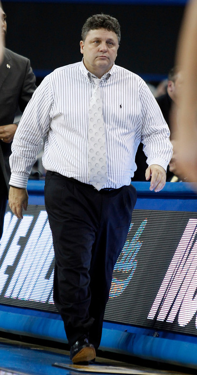 Description of . Oakland head coach Greg Kampe walks on the sidelines in the second half of their NCAA college basketball game against UCLA Tuesday, Nov. 12, 2013, in Los Angeles. UCLA won the game 91-60.  (AP Photo/Alex Gallardo)