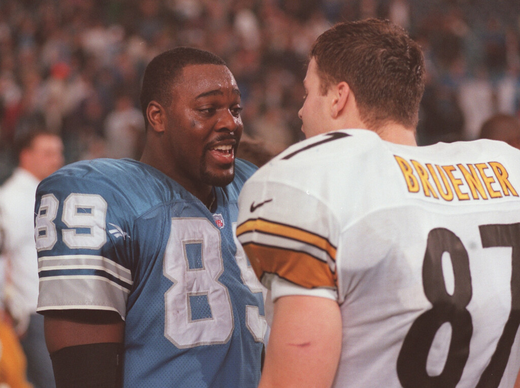 . Detroit Lions tight end Walter Rasby talks with Steeler Mark Bruener after the Lion-Steeler Thanksgiving day game.