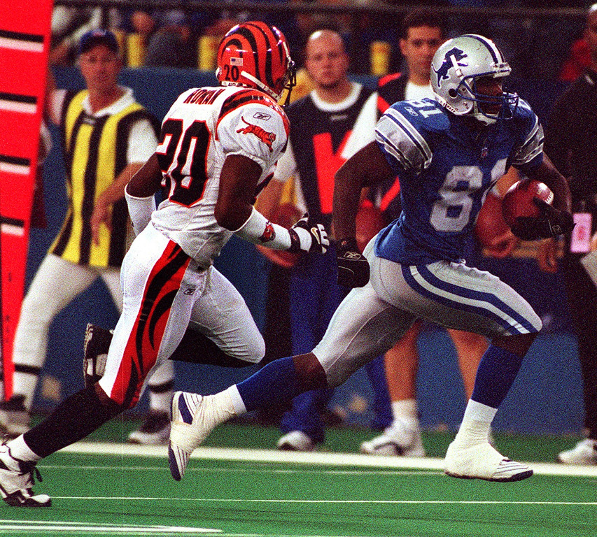 . Detroit Lions wide receiver Larry Foster (right) streaks past Cincinnati Bengal Mark Roman to gain a few yards in the Lions 31-27 loss at the Silverdome Sunday.