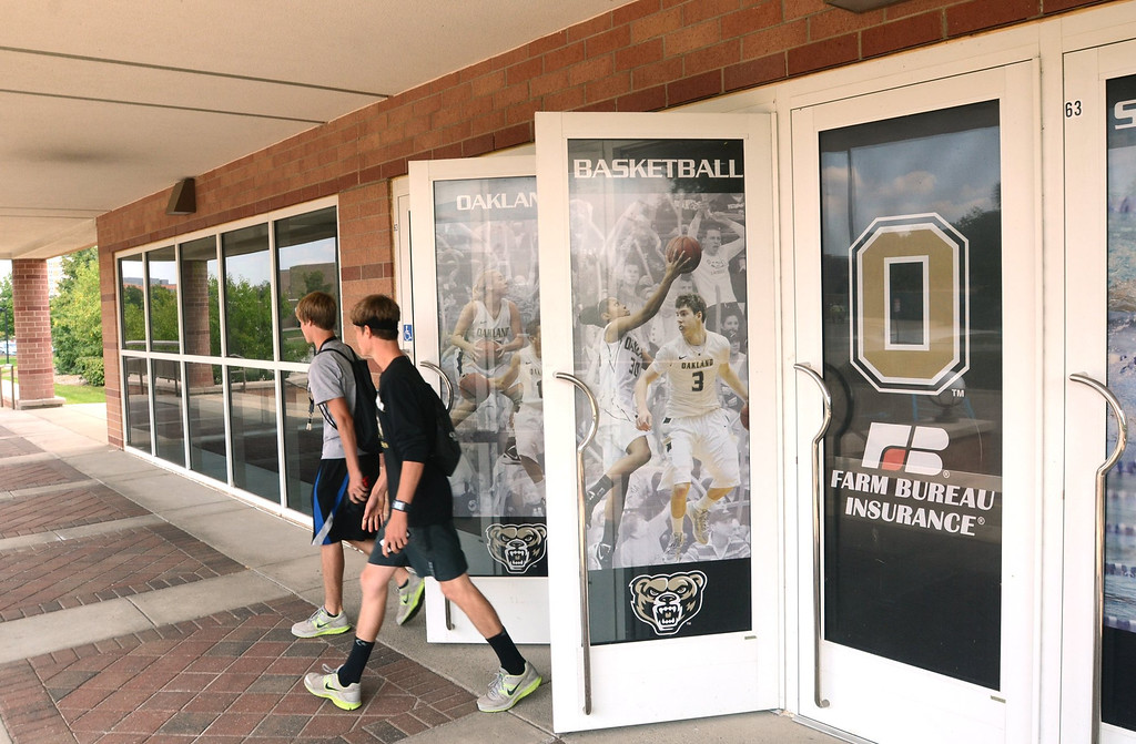 . Students leave the O\'rena on the campus of Oakland University.   Monday, August 19, 2013.  The Oakland Press/TIM THOMPSON