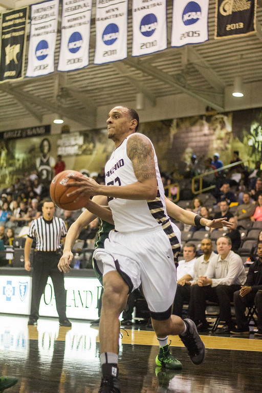 . Oakland\'s Tommie McCune drives to the basket Tuesday, Oct. 29, 2013 at the Athletics Center O\'rena. Photo by Dylan Dulberg