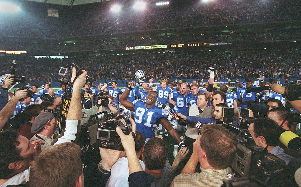 . Detroit Lions #91 Robert Porcher and his teammates say thank you to the fans after their 15-10 victory against the Dallas Cowboys, which was their last game at the Silverdome before moving to Ford Field next season.