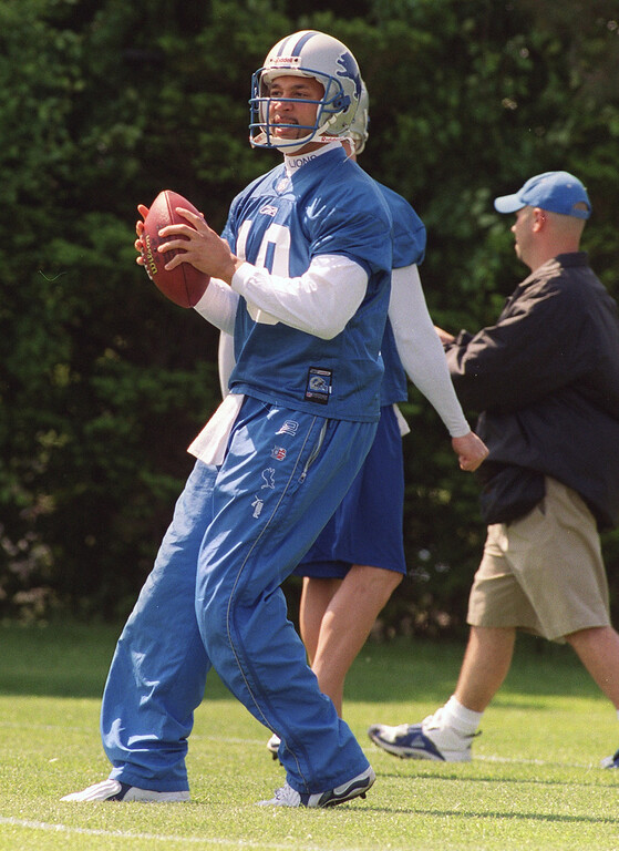 . Detroit Lion quarterback Charlie Batch (10) runs a drill during Wednesday\'s Lions minicamp held at the Pontiac Silverdome.