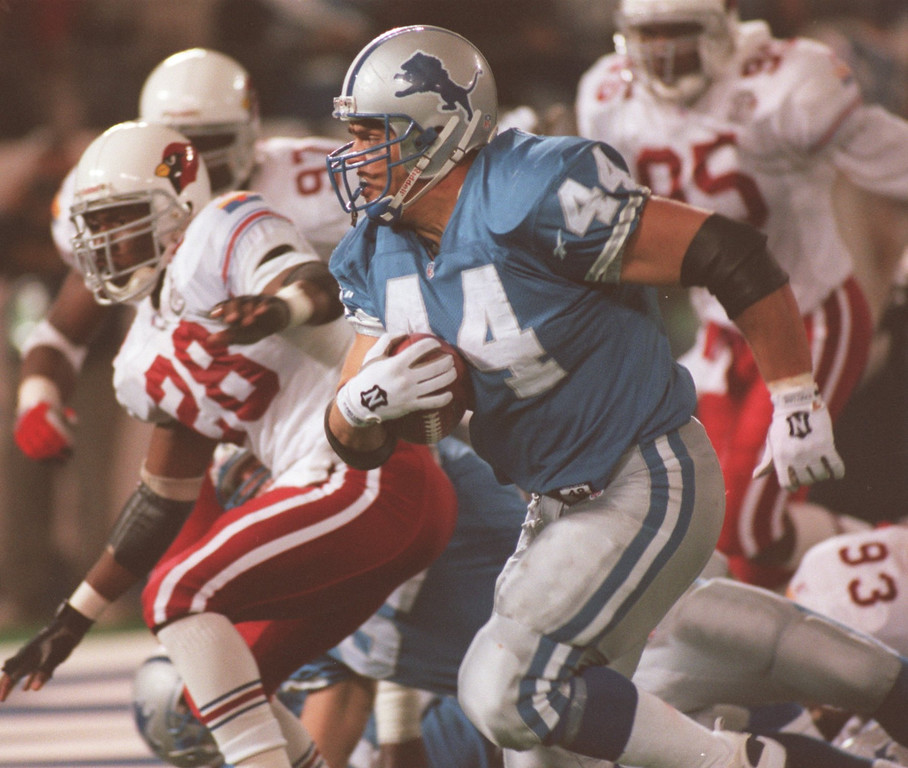 . Lions fullback Tommy Vardell runs around left enf for a touchdown. The one yard run in the 4th quarter was the Lions only touchdown of the day. The Arizonia Cardinals beat the Detroit Lions 17-15 in the Pontiac Silverdome.