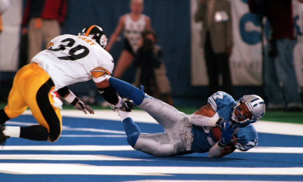 . Detroit Lions receiver Johnny Morton makes an diving catch in the end zone, beating Steelers safety Darren Perry.   The 4th quarter catch was ruled incomplete when refs said he didn\'t have posession when he hit the ground.  the Lions beat the Steelers at the Pontiac Silverdome 19-16 in overtime.